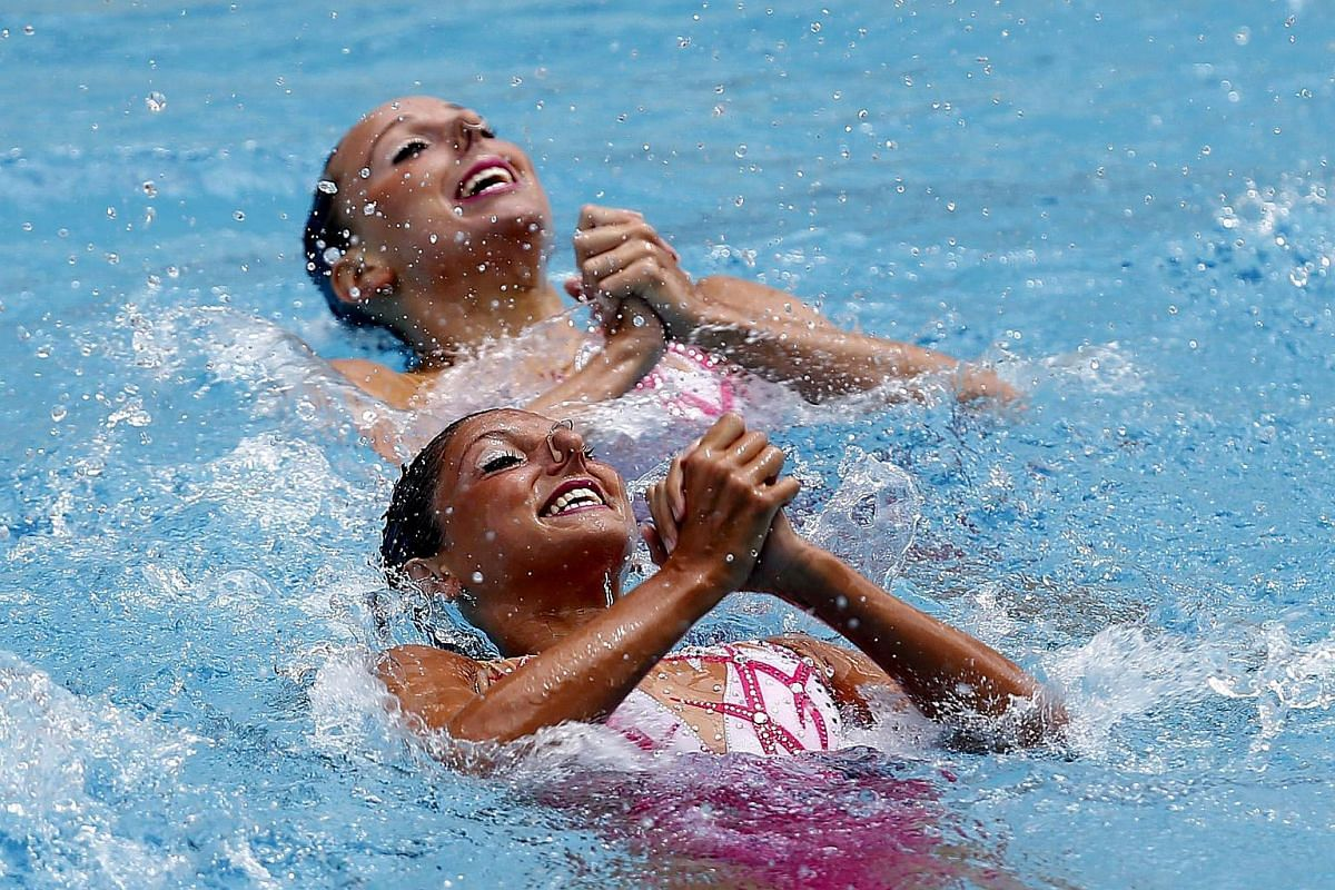 Italian Linda Cerruti and Constanza Ferro perform during the Duet First Round Free Routin in Rio de Janeiro, on March 3, 2016.