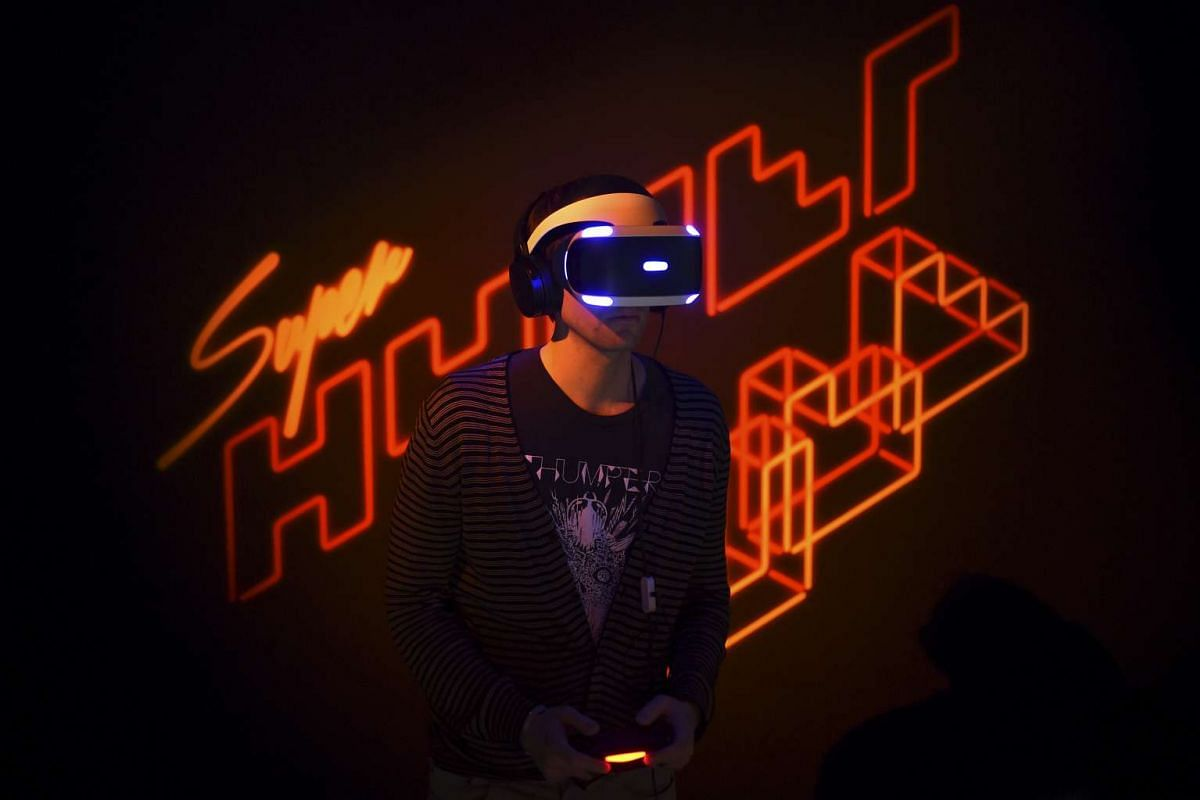 Game developer Marc Flury plays Kokoromi's Superhypercube on Sony's PlayStation VR during an event in San Francisco, California March 15, 2016. PHOTO: REUTERS