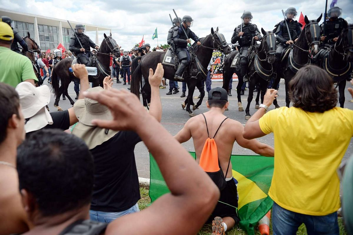Demonstrators gather next to Planalto Palace to protest against the government in Brasilia on March 17, 2016. PHOTO: AFP