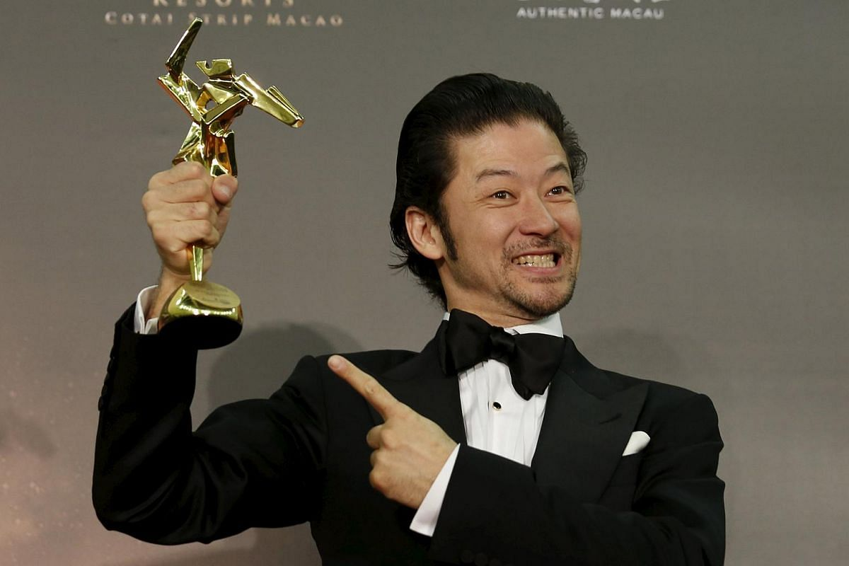 Japanese actor Asano Tadanobu wins the Best Supporting Actor for his role in the movie Journey to the Shore.