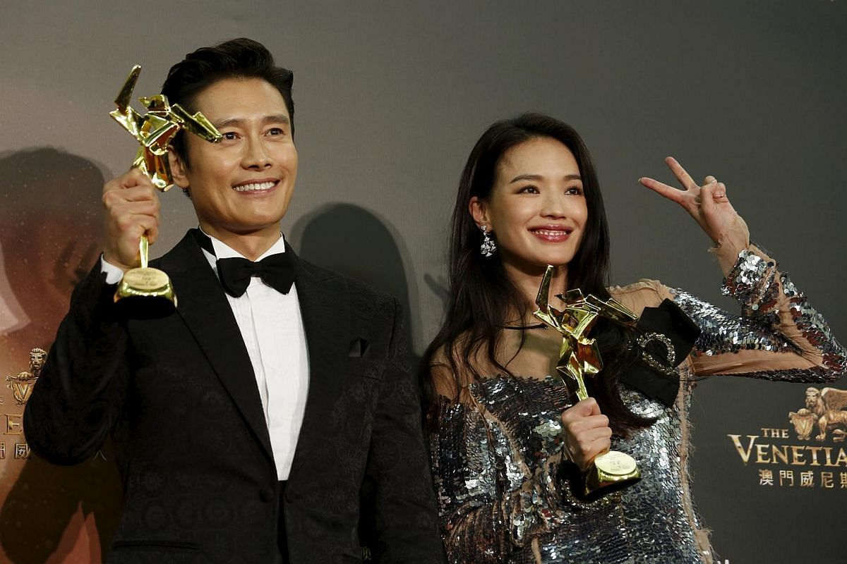 South Korean actor Lee Byung Hun and Taiwanese actress Shu Qi pose with their Best Actor and Best Actress awards.
