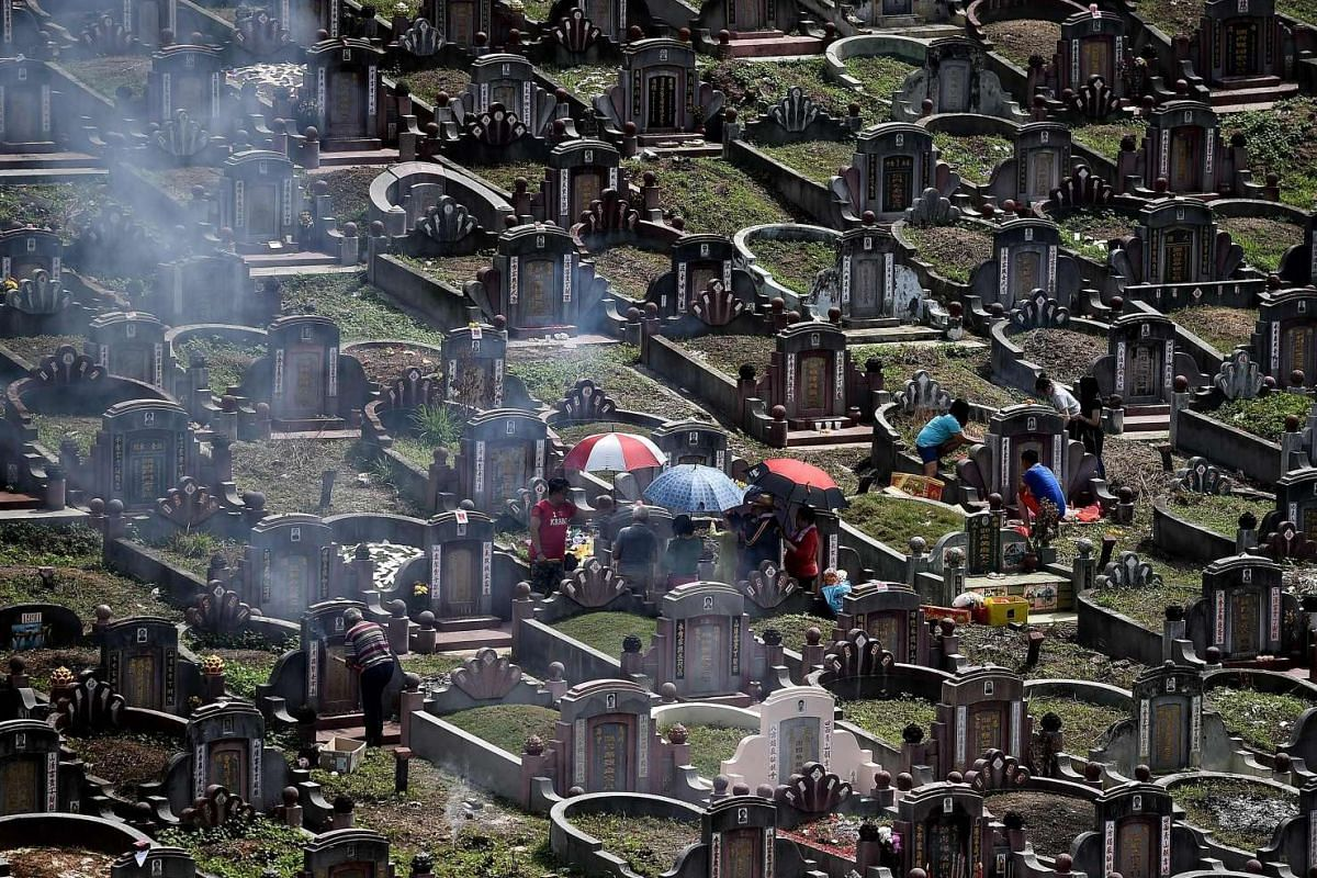 Ethnic Chinese Malaysians visit the graves of their ancestors in Kuala Lumpur to mark the Qingming festival on April 4, 2016.