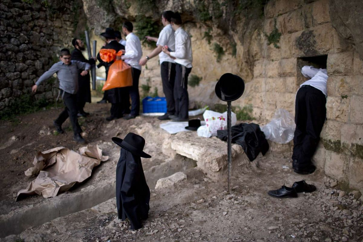 Ultra-Orthodox Jews collect water from a mountain spring outside Jerusalem, Israel, April 11, 2016. The week-long Jewish holiday of Passover, commemorates the Jewish exodus from Egypt in Biblical times. PHOTO: EPA