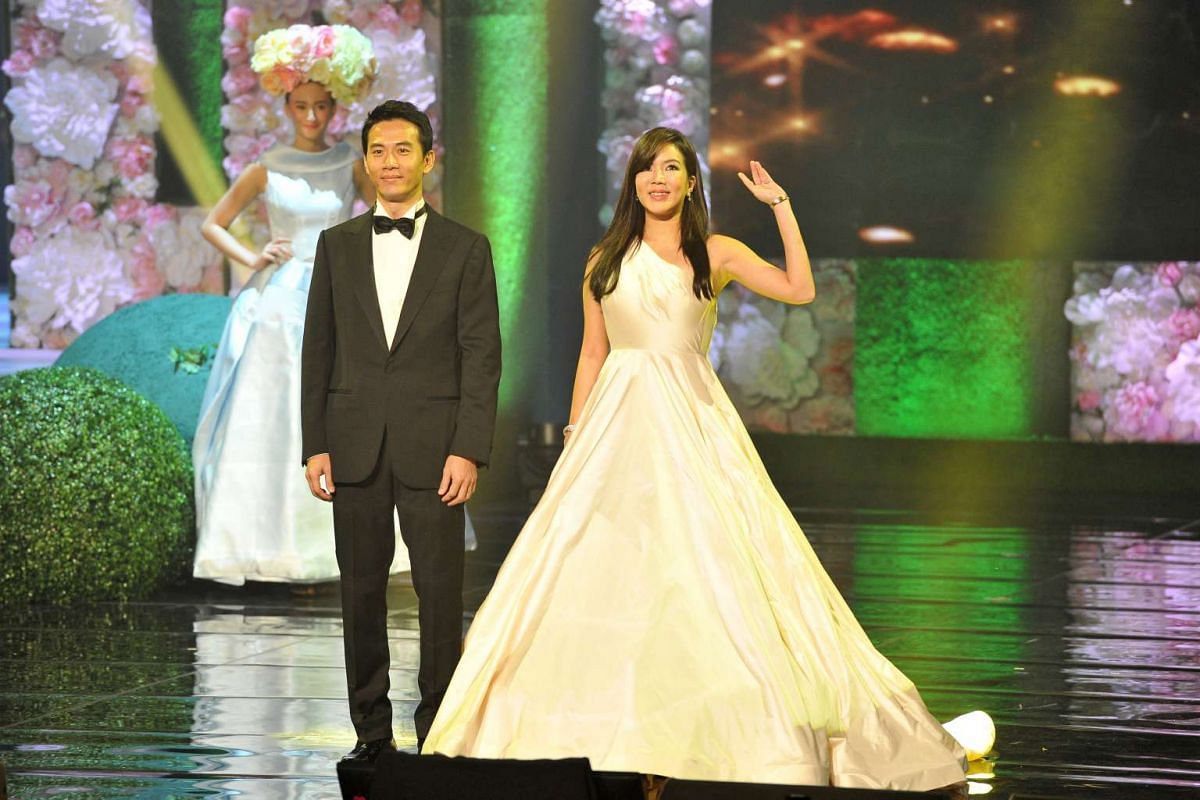 Rui En (right) and Qi Yuwu during the Mediacorp Star Awards 2016.