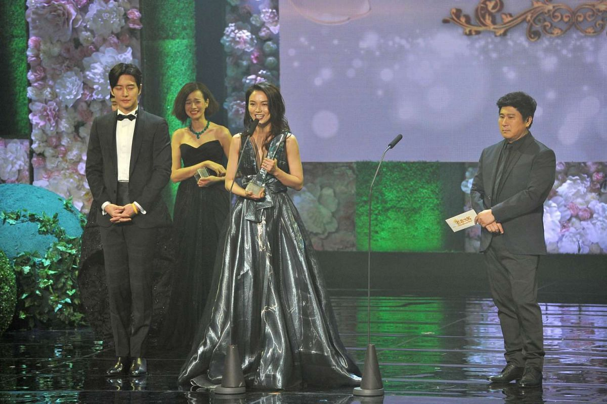 Joanne Peh accepts her award for Top 10 Most Popular Female Artistes.