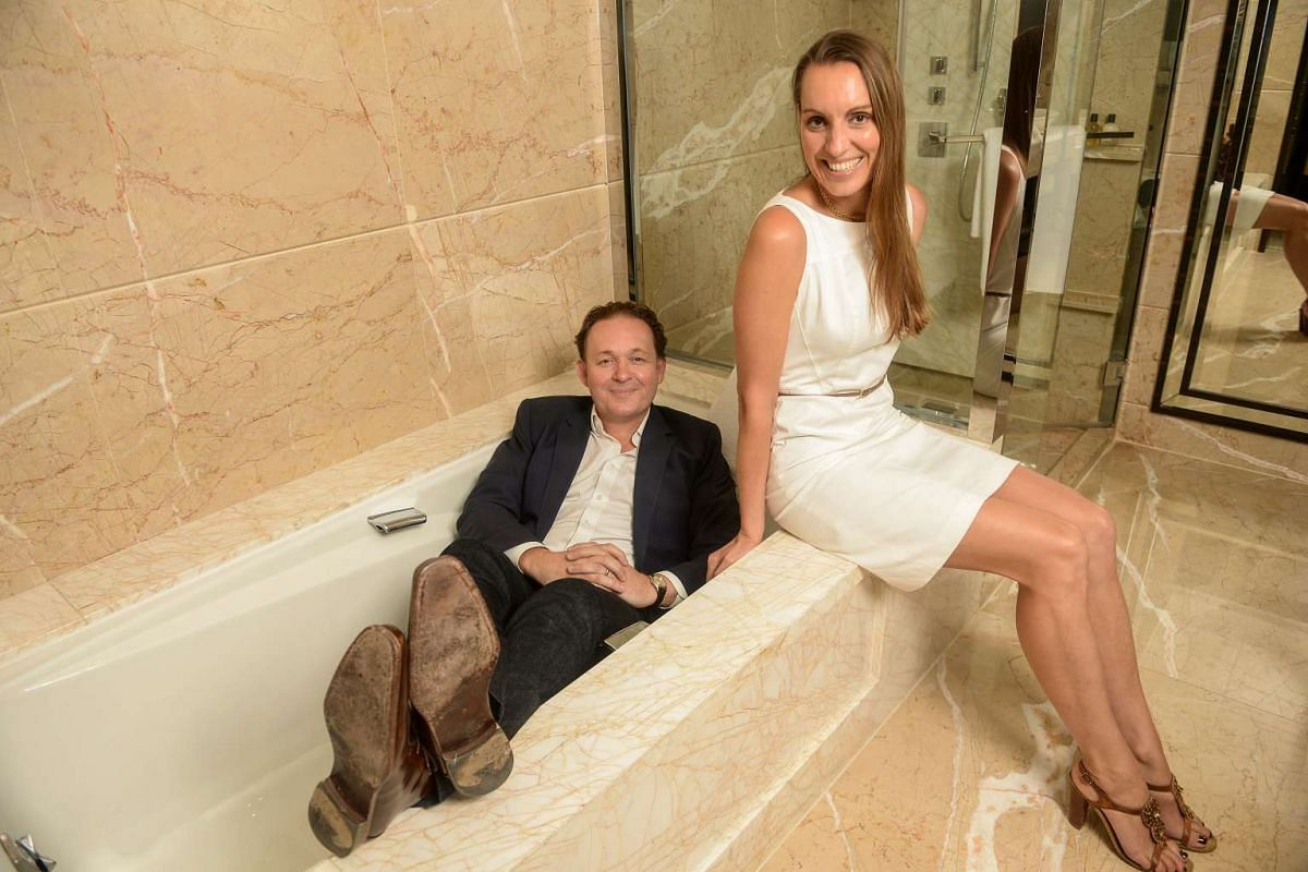 Mr and Mrs James Lohan's checklist includes information such as whether the bathtub can fit two.
