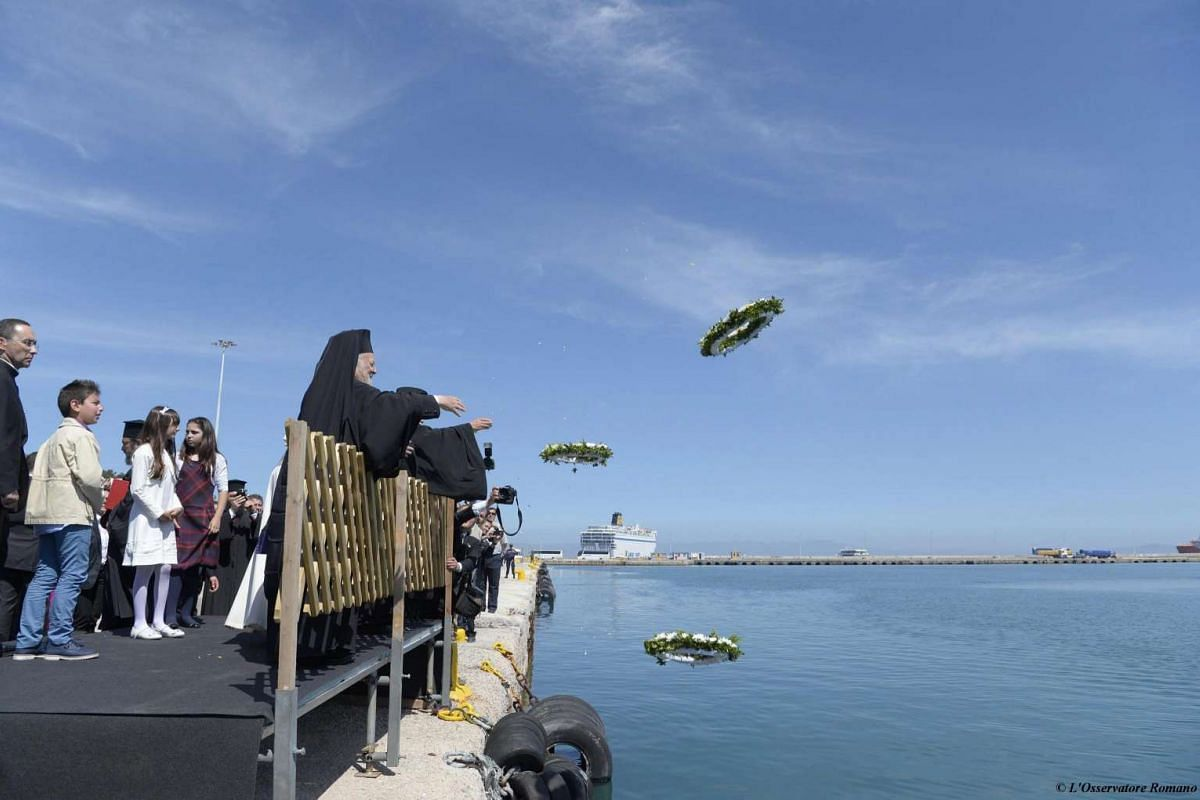 Pope Francis (centre), Ecumenical Patriarch Bartholomew I (left) and Archbishop of Athens and All Greece Ieronymos II throw wreaths into the water at the Greek island of Lesbos, on April 16, 2016.