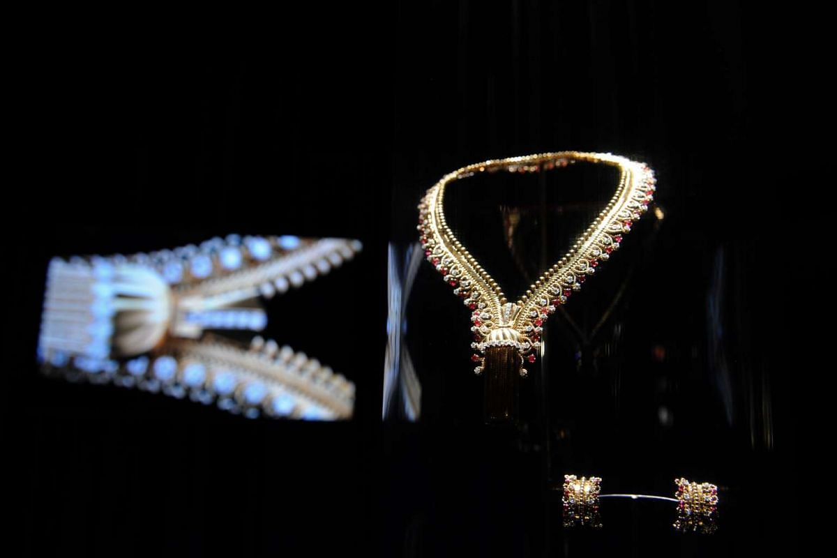A zip necklace made of platinum, gold, rubies and diamonds, which can also be worn as a bracelet.