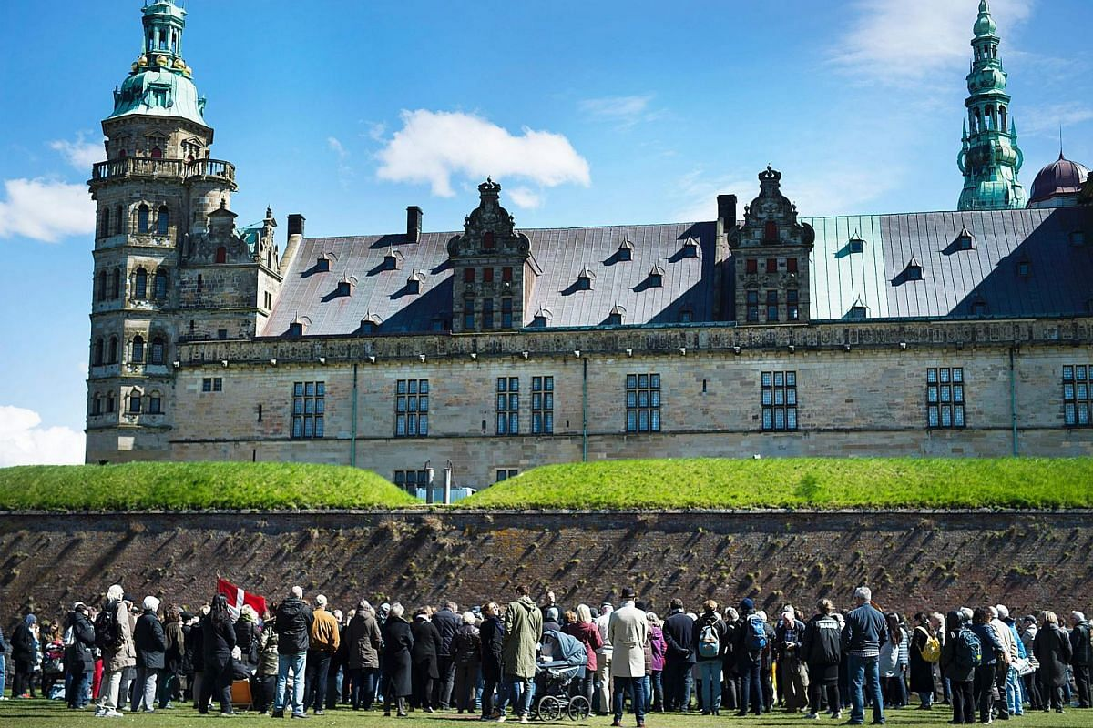 People gather in front of Kronborg Castle in Helsingor on April 23, 2016 to mark the 400th anniversary of the death of English writer William Shakespeare.