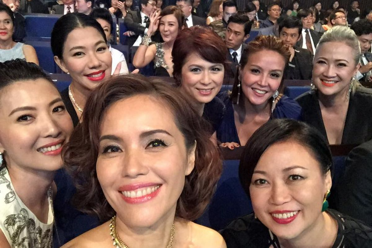 Zoe Tay take a wefie with (clockwise from left) Jeanette Aw, Belinda Lee, Pan Ling Ling, Aileen Tan, Hong Huifang and Xiang Yun at the Star Awards 2016.