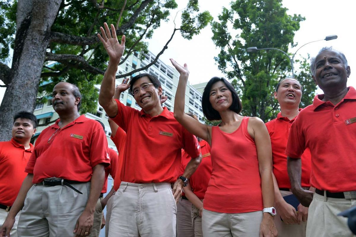 10:22am: Dr Chee Soon Juan and his wife Huang Chihmei waving to supporters on the way to the Nomination Centre.