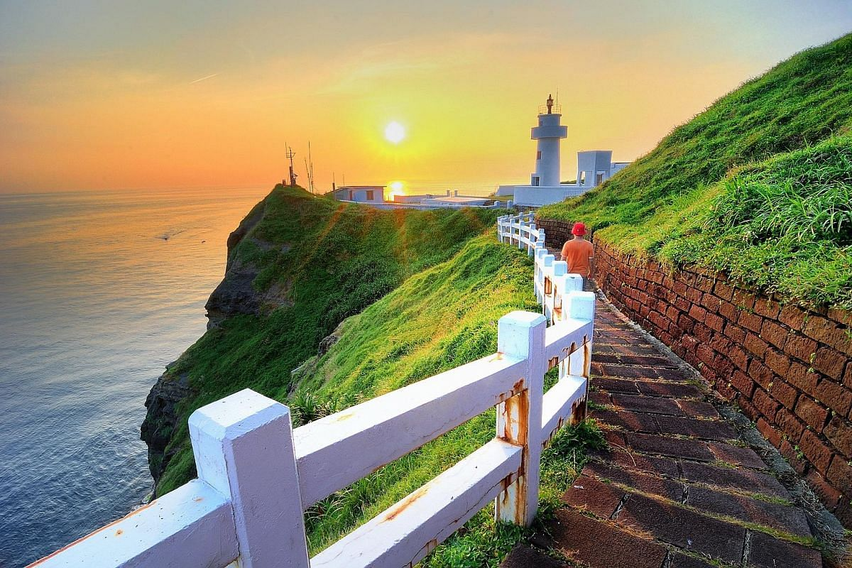 The Bitou Cape trail along the north-eastern coast of Taiwan offers picturesque views of the Bitou Cape Lighthouse.