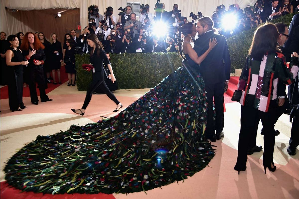 """Zoe Saldana and Marco Perego attend the """"Manus x Machina: Fashion In An Age Of Technology"""" Costume Institute Gala at Metropolitan Museum of Art on May 2, 2016 in New York City. PHOTO: GETTY IMAGES/AFP"""
