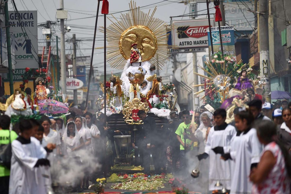 """Catholic devotees take part in the """"Holy Child"""" aquatic procession across the Amatitlan Lake, Amatitlan municipality, 35 km south of Guatemala City on May 3, 2016, during the celebration of the Day of the Cross. PHOTO: AFP"""