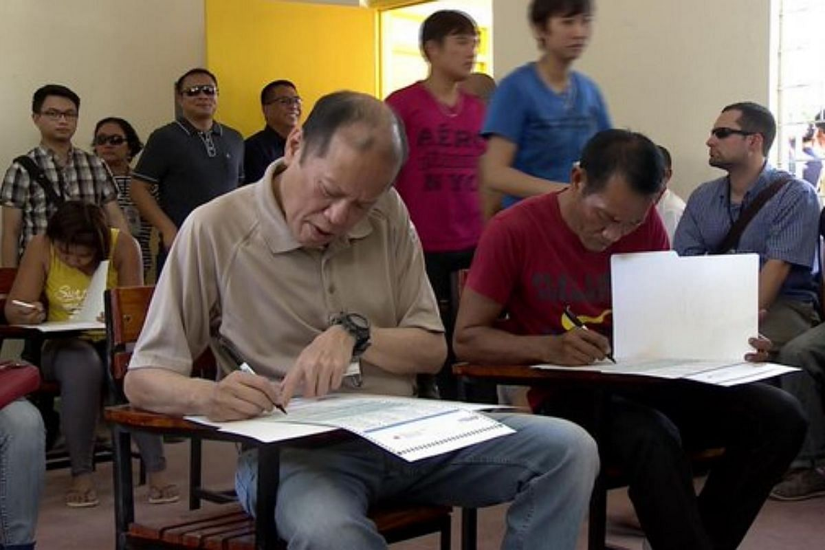 Incumbent President Benigno Aquino casting his vote at a school in Tarlac City.
