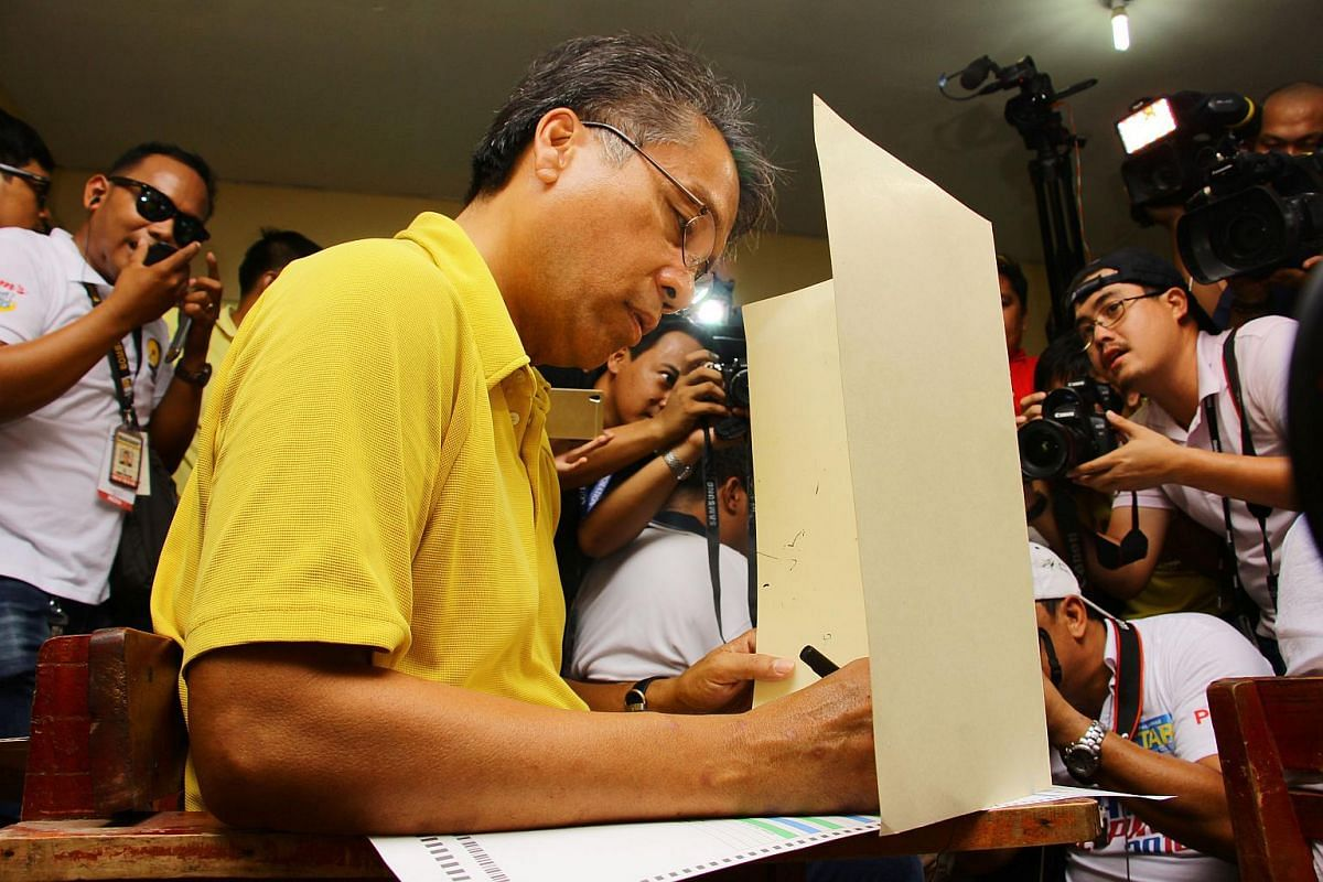 Presidential candidate of the ruling party Mar Roxas casts his ballot in the presidential election at a polling station in Roxas City, Philippines, on May 9, 2016.