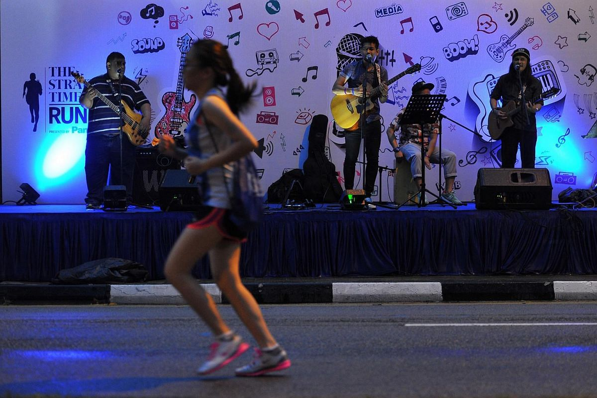 Live band Shukor and Friends play music for runners at Entertainment Zone 1.