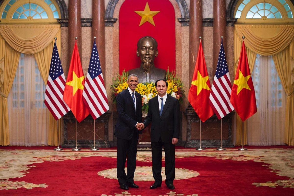 US President Barack Obama (left) shaking hands with Vietnamese President Tran Dai Quang during his visit to the Presidential Palace in Hanoi on May 23, 2016.