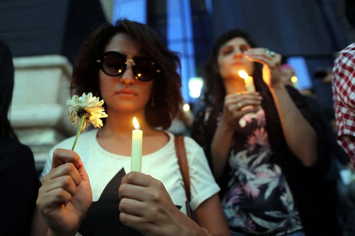 Egyptian Journalists light candles during a candlelight vigil for the victims of EgyptAir flight 804, in front of the Syndicate of Journalists in downtown Cairo, Egypt, May 24, 2016. PHOTO: EPA
