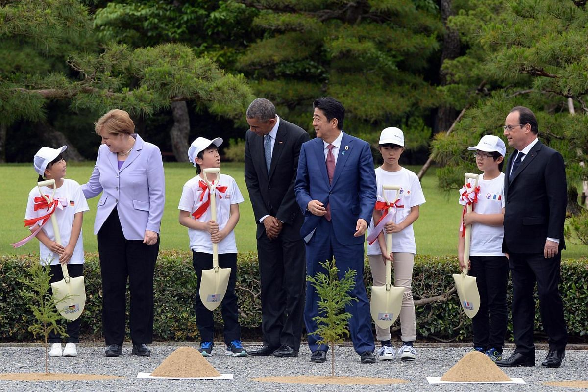 (From Left) German Chancellor Angela Merkel, US President Barack Obama, Japanese Prime Minister Shinzo Abe and French President Francois Hollande participate in a tree planting ceremony at Ise-Jingu Shrine, Mie prefecture, on May 26, the first day of