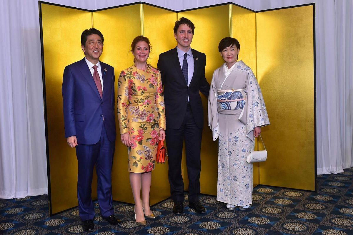Canadian Prime Minister Justin Trudeau (second from right) and his wife Sophie Gregoire-Trudeau (second from left) with Japanese Prime Minister Shinzo Abe (left) and his wife Akie (right) during the cocktail reception at the Shima Kanko Hotel in Shim