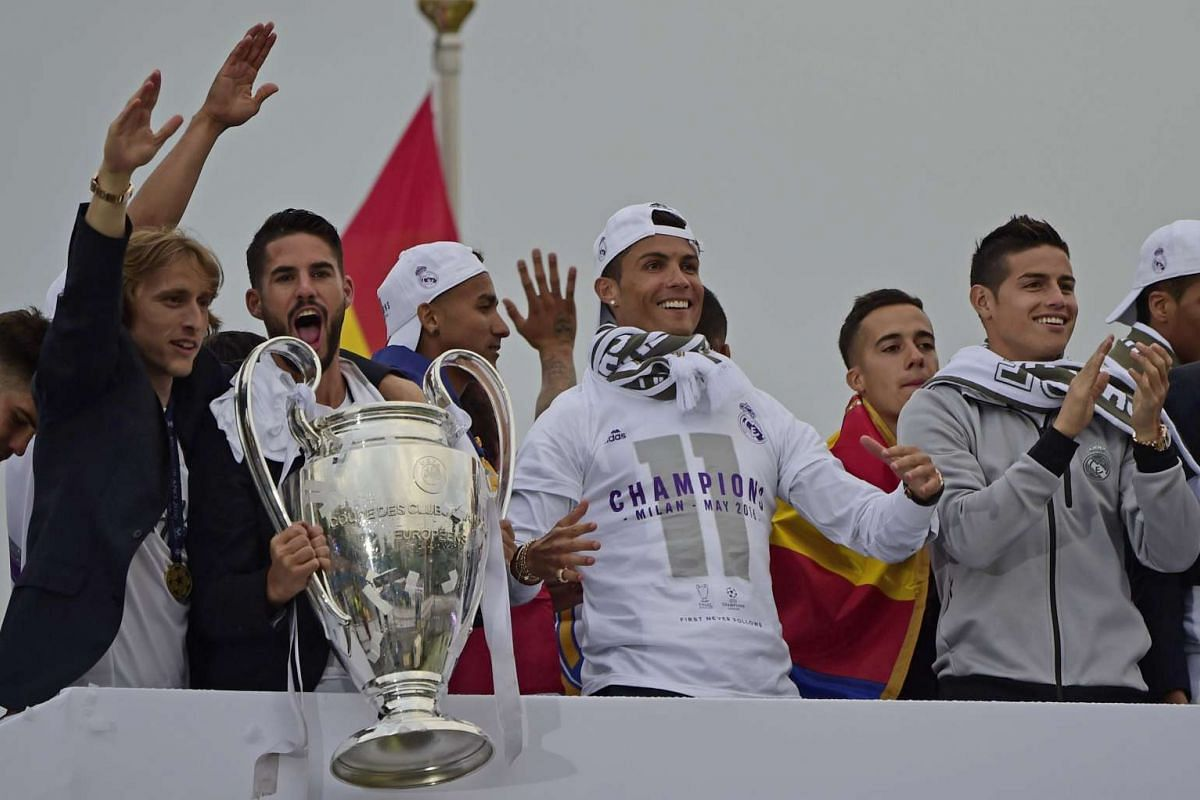 Real Madrid players hold up the trophy in celebration of the team's win on Plaza Cibeles in Madrid, on May 29, 2016.