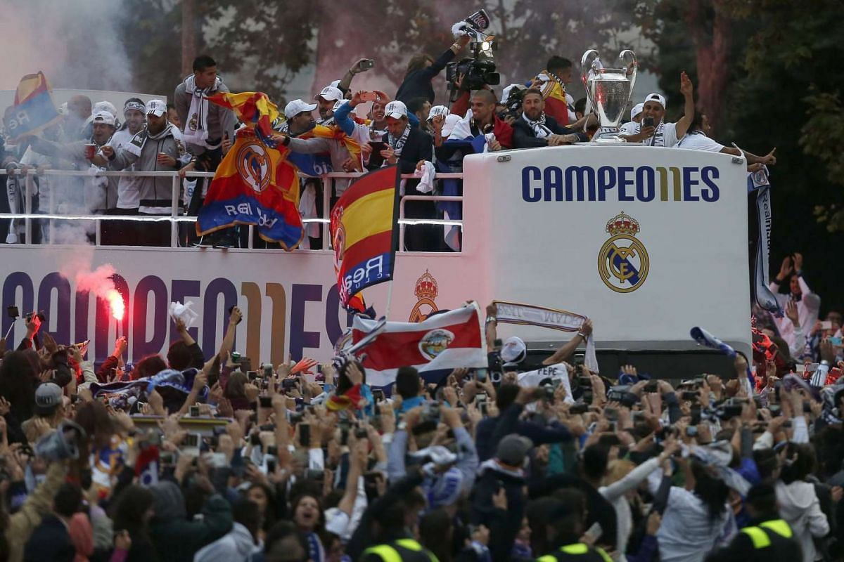 Real Madrid supporters celebrate the team's arrival at Cibeles Square in Madrid, Spain, May 29, 2016.