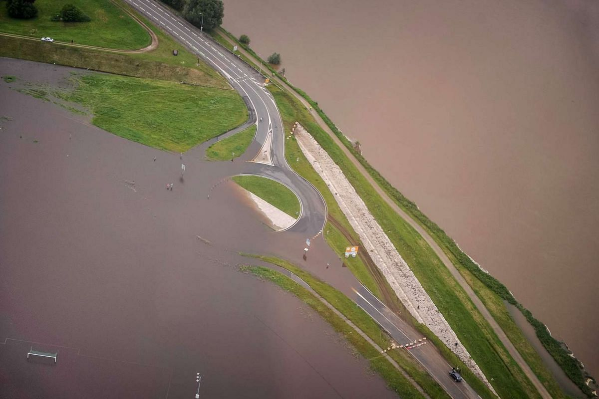 An aerial picture taken on June 2, 2016 shows a flooded road on the southern bank of Blois, some 200 kilometers southwest of Paris, after the rivers Loire and Cosson burst its banks following heavy rainfalls. PHOTO: AFP