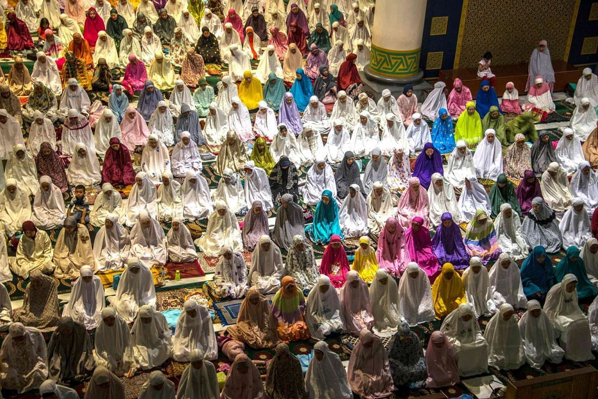 Indonesian Muslims perform prayers to mark the start of the holy month of Ramadan at the Baiturrahman mosque in Banda Aceh on June 5, 2016.