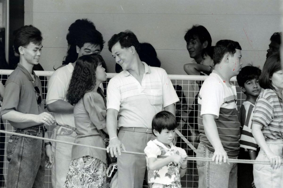 About 20,000 Singaporeans and tourists a day flocked to Sentosa on weekends and public holidays when the Underwater World Singapore opened in 1991.