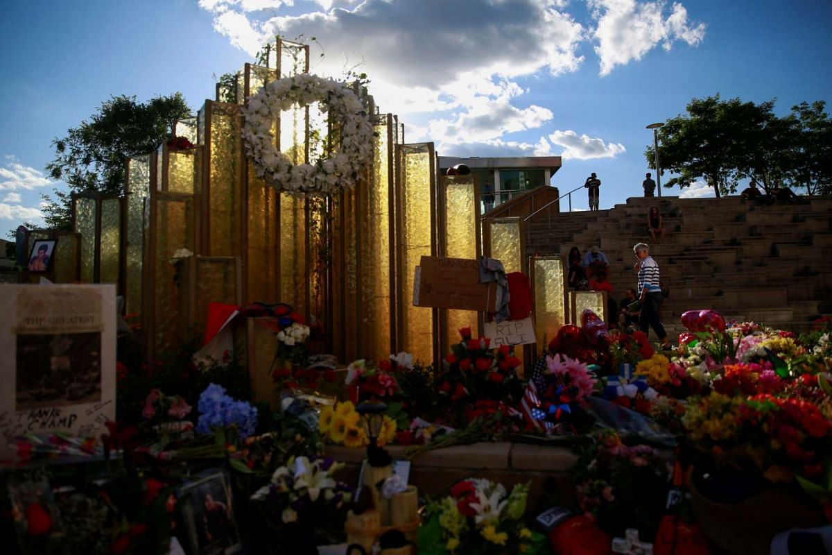 Well-wishers visit the Muhammad Ali Center to pay tribute to the late boxing champion in Louisville, Kentucky, USA on June 7, 2016.