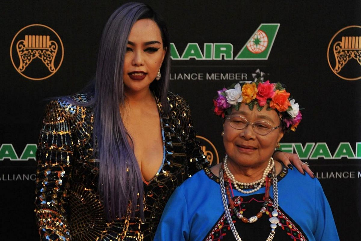 Singer A-mei poses with her mother on the red carpet.