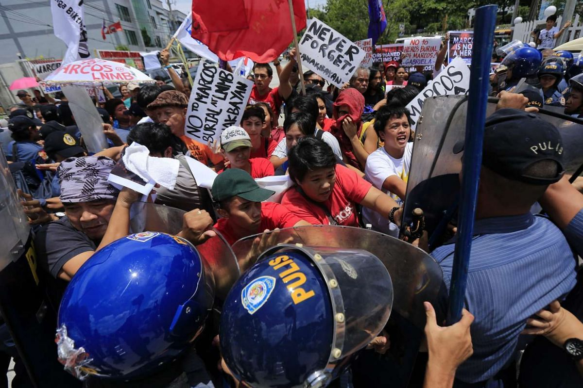 Filipino anti-riot police trying to block protesters during a rally against the late dictator Ferdinand Marcos' hero's burial at the Libingan ng mga Bayani (Heroes Cemetery) in Taguig City, south of Manila, Philippines, 1on Aug 18, 2016.