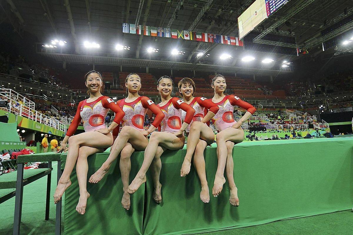 (From left) Aiko Sugihara, Sae Miyakawa, Asuka Teramoto, Mai Murakami and Yuki Uchiyama posing for pictures.