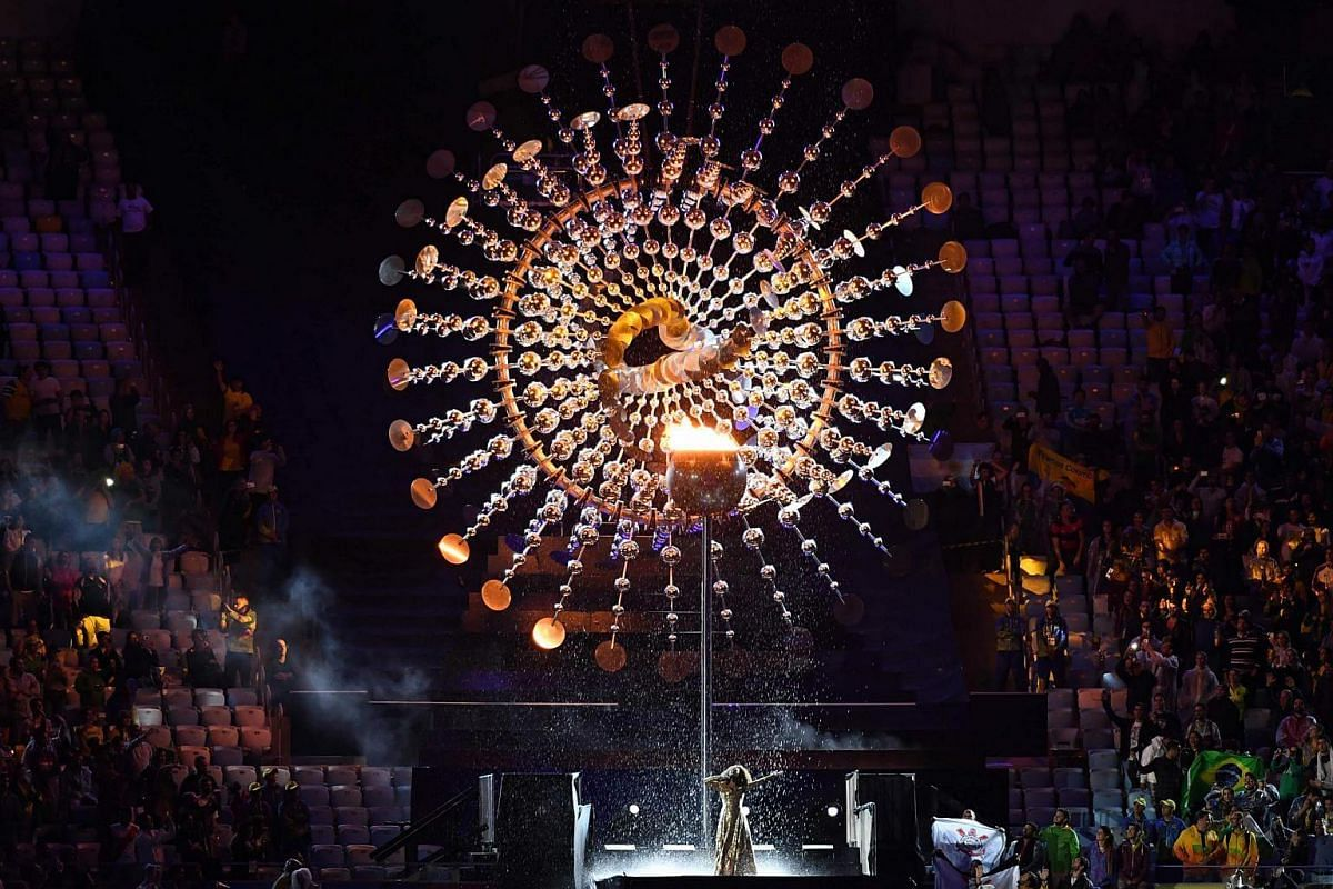 Brazilian singer Leandra Lea performs in front of the cauldron bearing the Olympic flame during the closing ceremony on August 21.