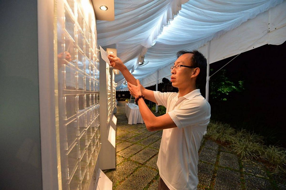Sself-employed computer engineer Lin Rong Xiang, 34, had trouble sleeping when he heard the news and took the first train down to the Istana.