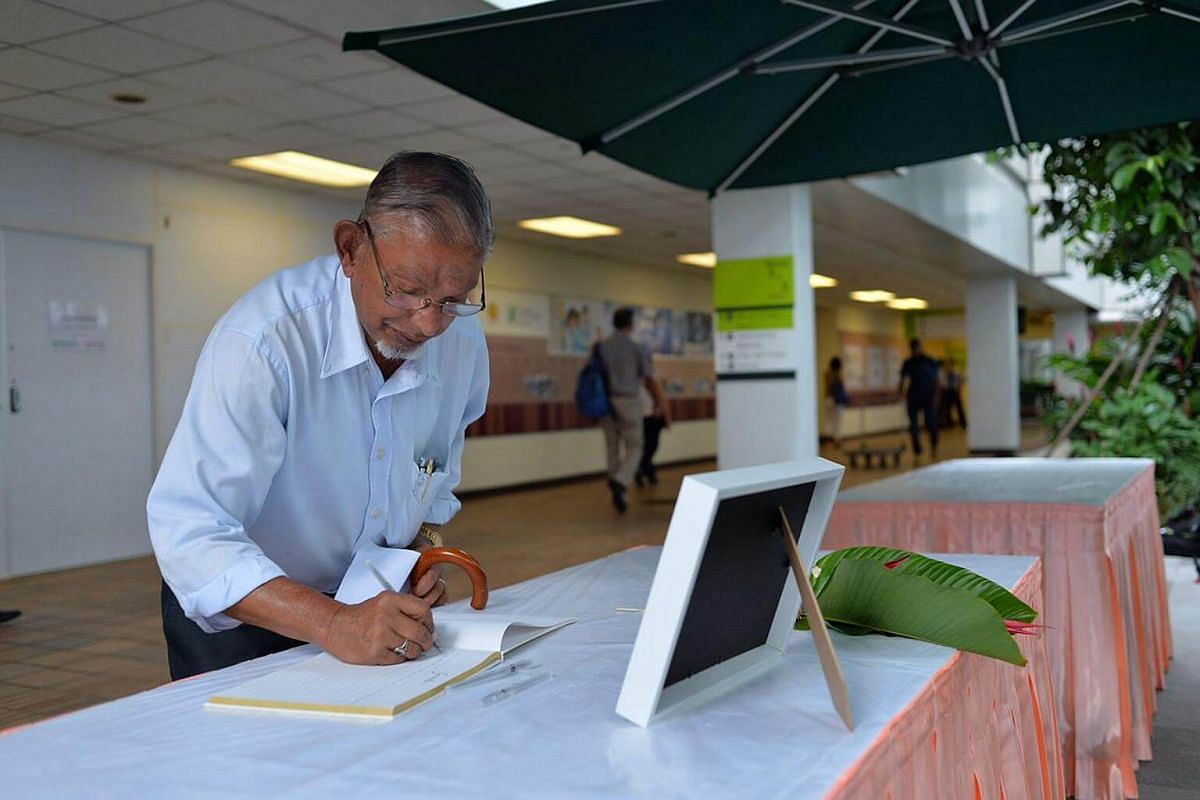 Retiree Hajamaideen Allapitchai, 74, an ex-graphic artist from The Straits Times, writing his message for Mr Nathan at SGH.