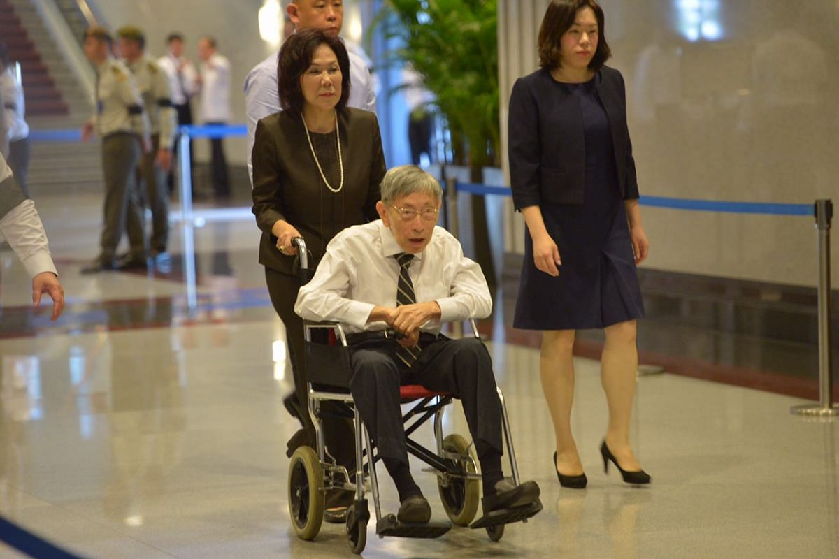 Veteran opposition politician Chiam See Tong arriving at Parliament House to pay his respects to Mr S R Nathan.