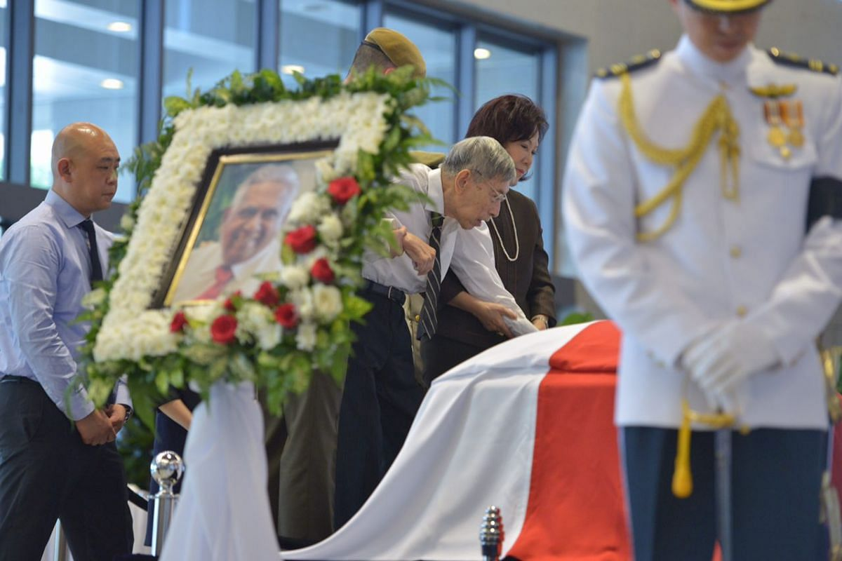 Veteran opposition politician Chiam See Tong paying his respects to Mr S R Nathan.