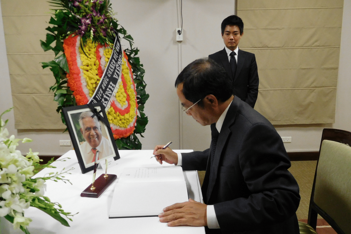 Vietnam's Chairman of President's Office, Socialist Republic of Vietnam Dao Viet Trung signs the condolence book at the Embassy of the Republic of Singapore in Hanoi.