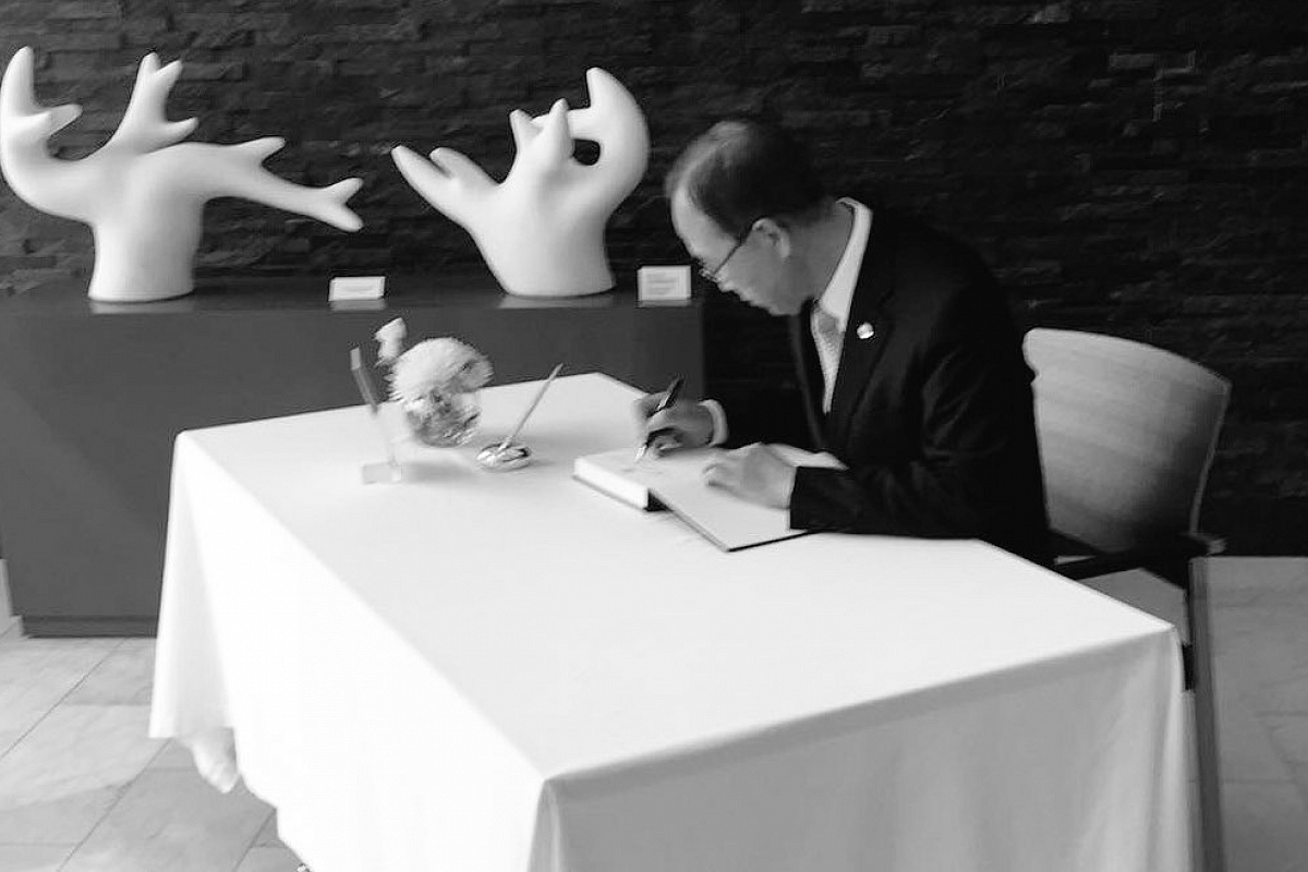United Nations Secretary-General Ban Ki Moon signs the condolence book at the Singapore Permanent Mission to the United Nations in New York.