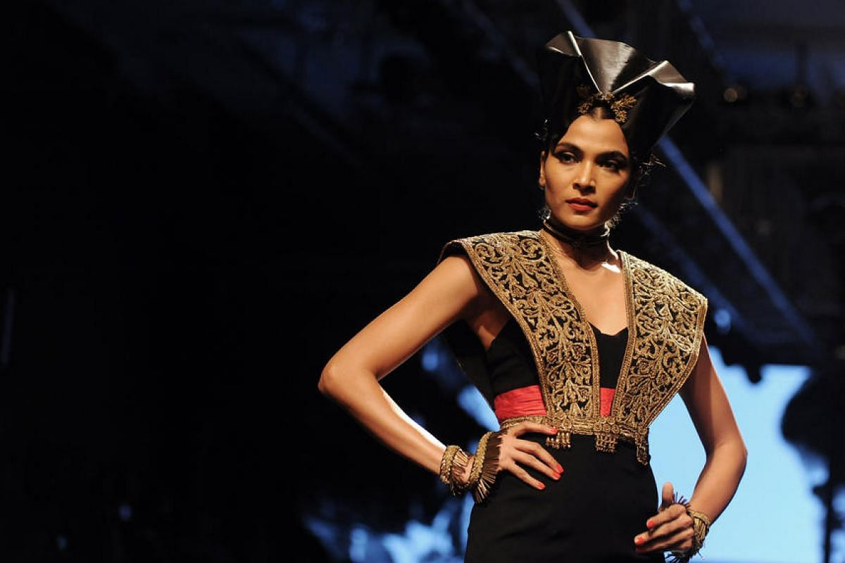 An Indian model showcases a creation by designer Shantanu & Nikhil during the Grand Finale of Lakme Fashion Week in Mumbai, India, on Aug 28.