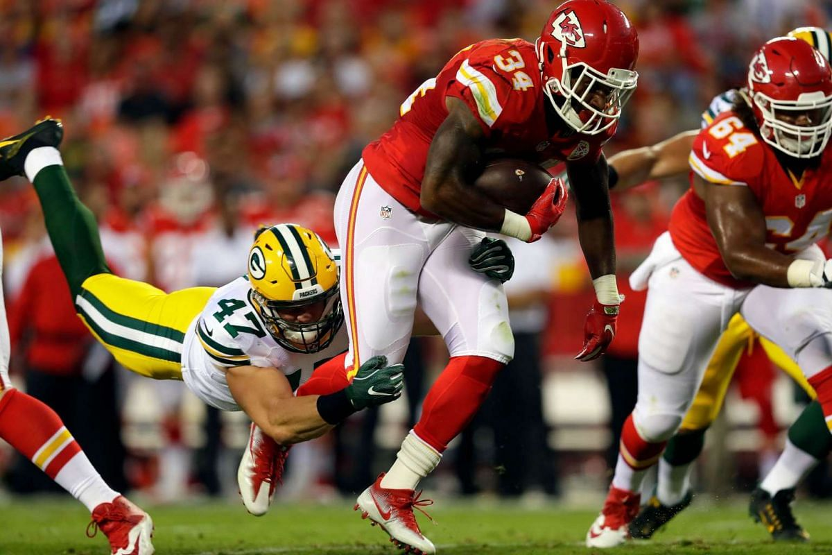 Running back Knile Davis #34 of the Kansas City Chiefs carries the ball as Jake Ryan #47 of the Green Bay Packers defends during the preseason game at Arrowhead Stadium on September 1, 2016 in Kansas City, Missouri. PHOTO: GETTY IMAGES/AFP