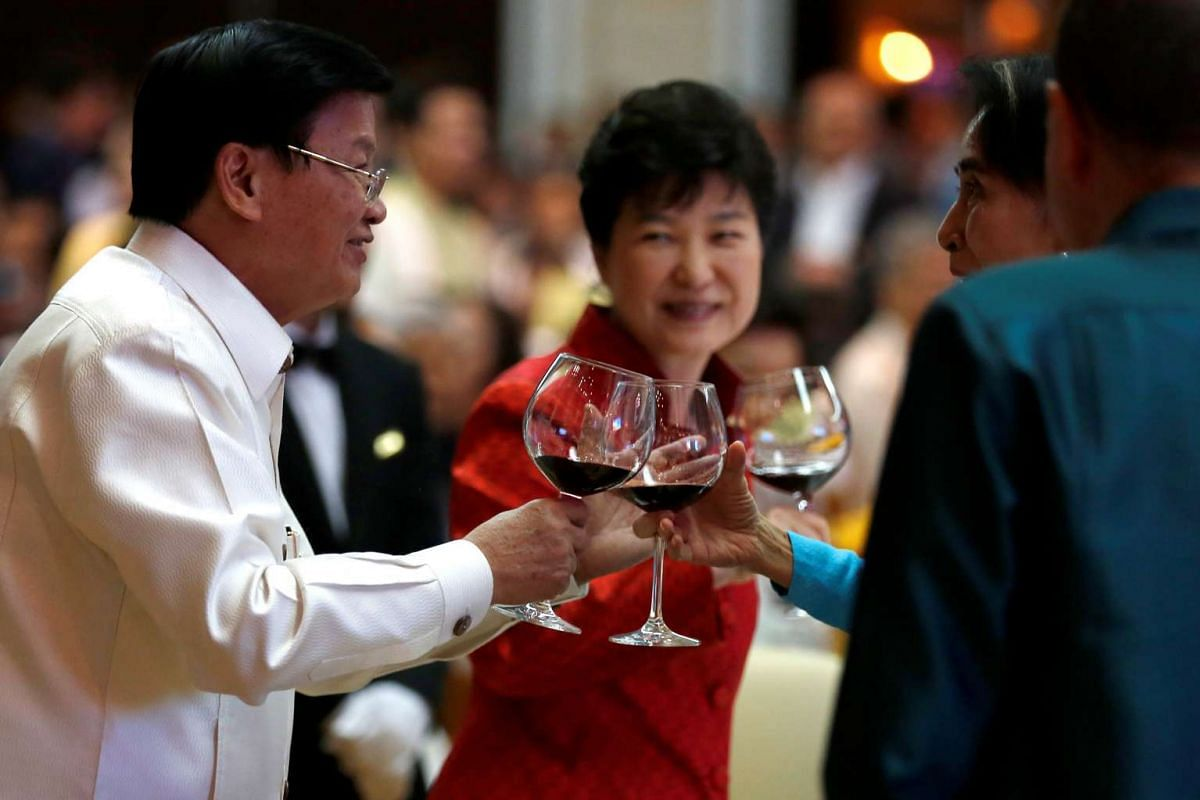 Laos Prime Minister Thongloun Sisoulith shares a toast with South Korea's President Park Geun Hye, Myanmar's leader Aung San Suu Kyi and other world leaders during the gala dinner at the 28th and 29th Asean Summits at the National Convention Centre