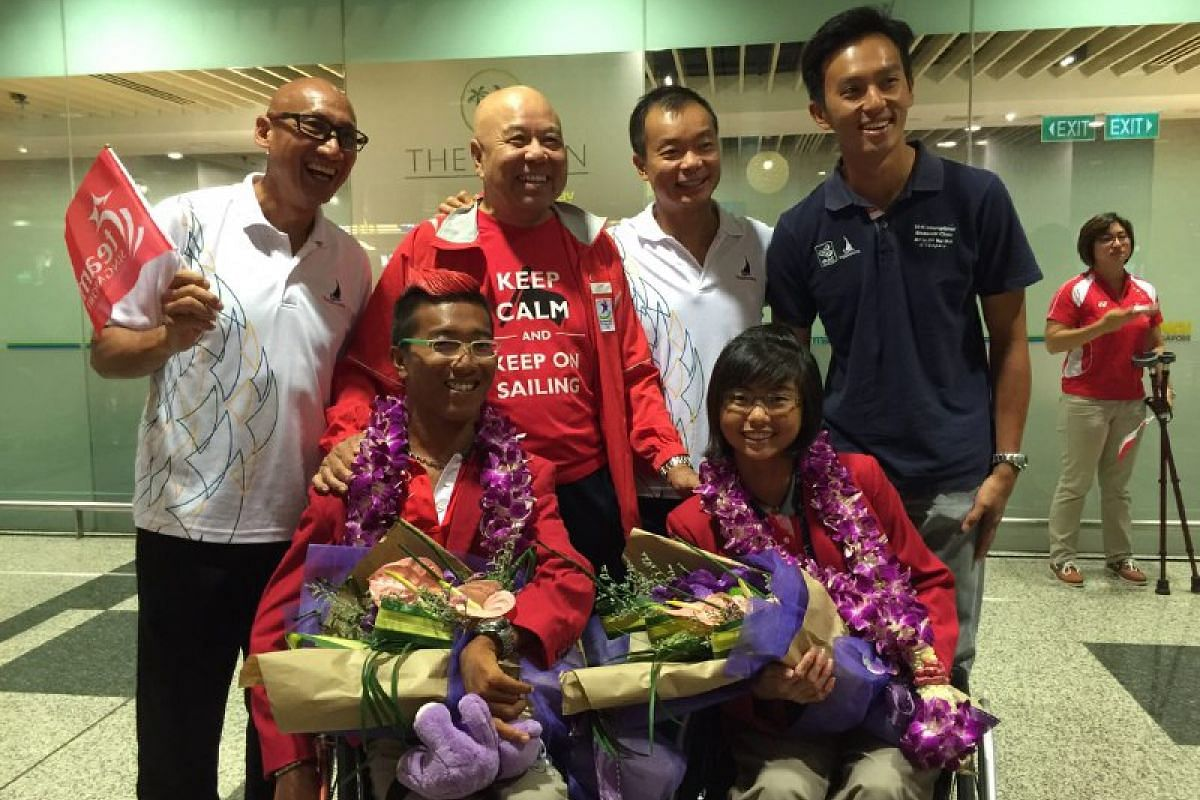 Sailing chief Ben Tan (back row, second from right) with sailors Jovin Tan (front left) and Yap Qian Yin (front right).