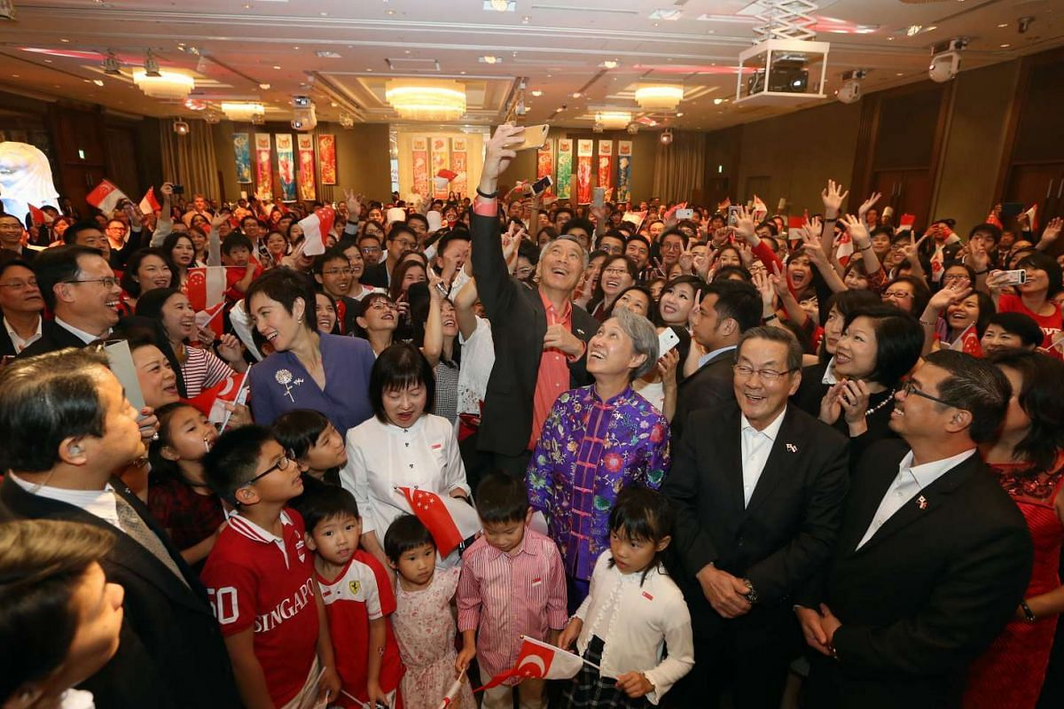 Prime Minister Lee Hsien Loong takes a wefie with Singaporeans residing in Japan during a National Day reception held at the Palace Hotel in Tokyo on Sept 27, 2016.