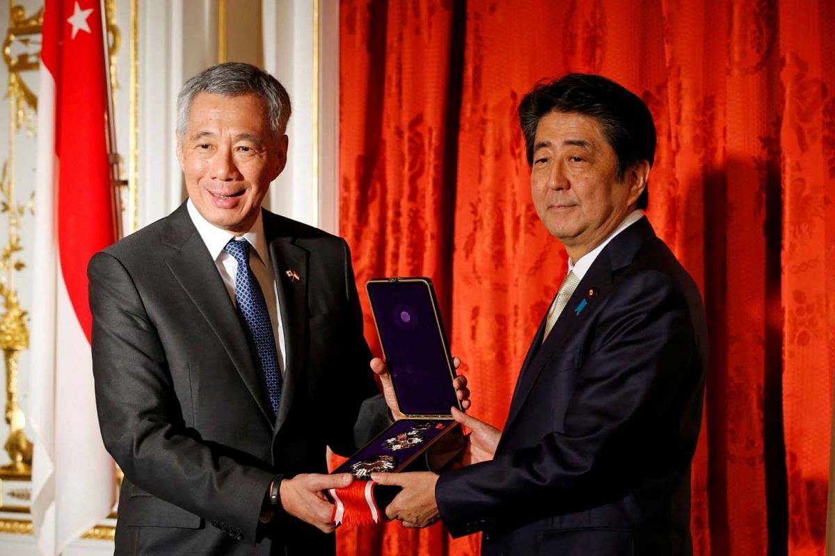 Singapore Prime Minister Lee Hsien Loong receives the Order of the Paulownia Flowers in behalf the late Mr Lee Kuan Yew from Japanese Prime Minister Shinzo Abe on Sept 28, 2016.