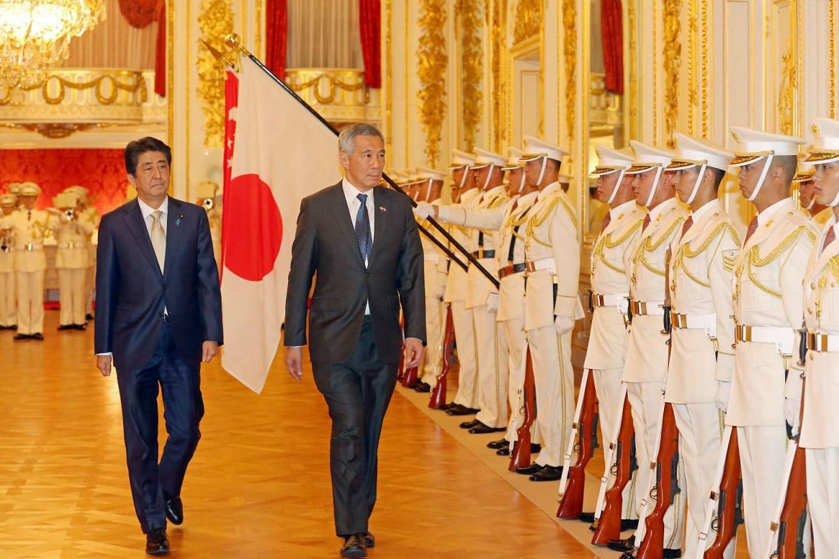 Prime Minister Lee Hsien Loong inspects the Guard of Honour with Japan Prime Minister Shinzo Abe at the Hagocomo no Ma, Akasaka State Guest House on Sept 28, 2016.