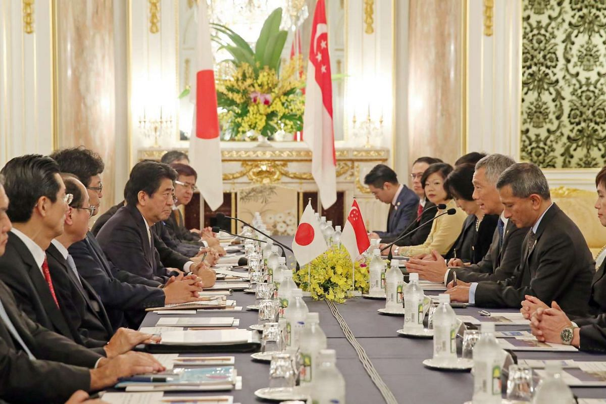 Singapore's Prime Minister Lee Hsien Loong and Japanese Prime Minister Shinzo Abe attend a summit meeting in Asahi no Ma, Akasaka State Guest House on Sept 28, 2016.