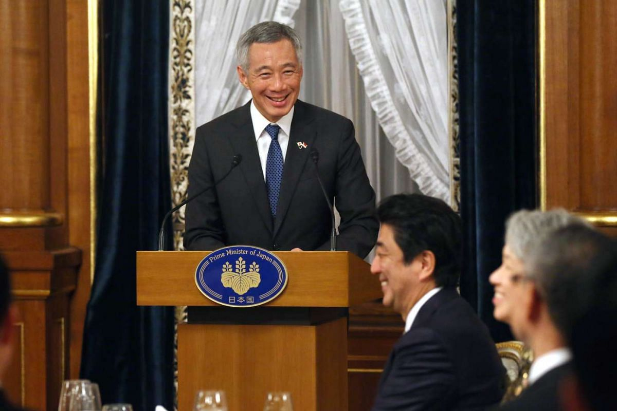 Prime Minister Lee Hsien Loong shares a light moment with Japanese Prime Minister Shinzo Abe at a banquet hosted by PM Abe at the Kacho no Ma, Akasaka State Guest House on Sept 28, 2016.